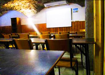 salle-enseignement-chalet-alpazur-centre-vacance-activites-jeunes